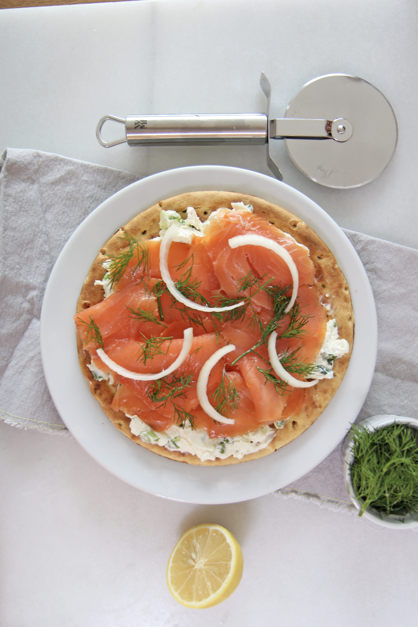 Bagel and Lox Pizza with Scallion Cream Cheese . This is an easy brunch pizza recipe! Happy Cooking! #pizza #bagelandlox