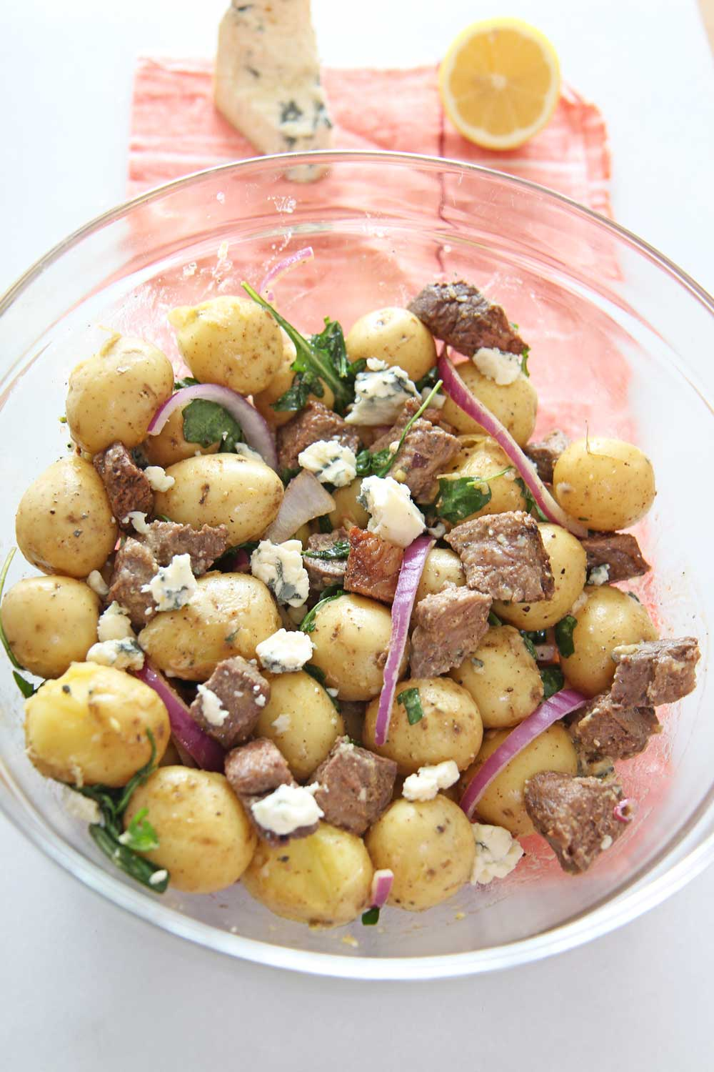Steakhouse Steak and Potato Salad. This is a 20 minute recipe for busy weeknightt dinner. NY strip steak and Yukon gold potatoes mix with blue cheese and peppery arugula! Perfect next day leftovers. #potatosalad #leftovers