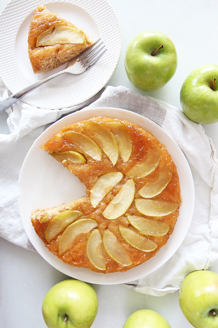 5 Ingredient Apple Honey Cake. This is a perfect Rosh Hashanah dessert recipe for a sweet Jewish New Year. This cake hack includes cake mix and apple sauce to make it easy for non bakers. Happy Jewish Holidays. #RoshHashanah #applerecipe