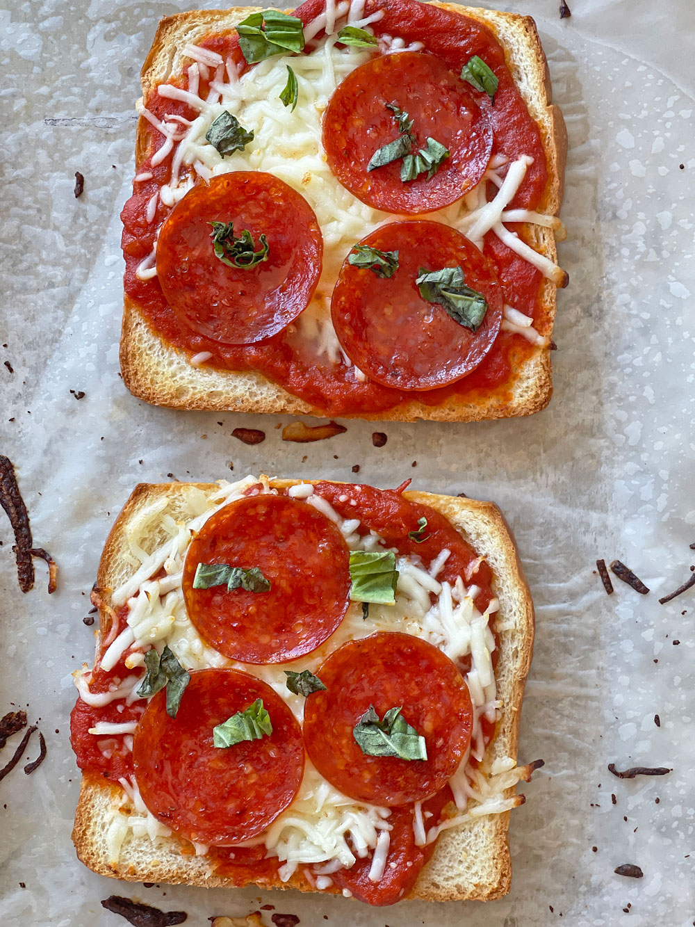 Pizza Toast Recipe. This is an easy pizza recipe that saves time and gets dinner on the table easily and fast. Great pizza hack. #pizza #pizzahack